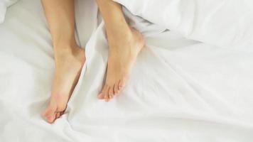 closeup pés de mulher adormecida