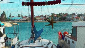 o mar atrás da estrela do mar e da rede arrastão