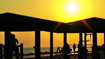 entrenamiento de silueta de puesta de sol y personas video