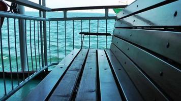 o assento da balsa e o navio transportador atrás