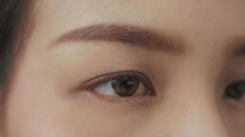 olhos com lentes de contato
