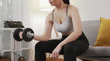 mujer haciendo pesas de acero. video