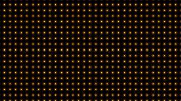 inúmeras lâmpadas amarelas piscam ao redor e parecem lindas.