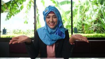 mujer árabe da consejos en línea a través de grabación de video.