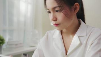 close-up em mulher com dor de garganta. video