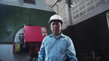 Retrato de un ingeniero o mecánico senior seguro de Asia video