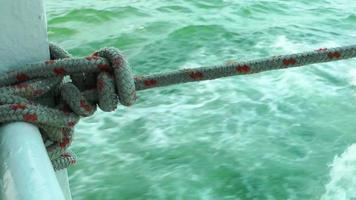 corda em um ferrryboat e mar