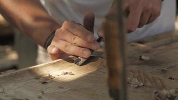 artesão esculpindo madeira video