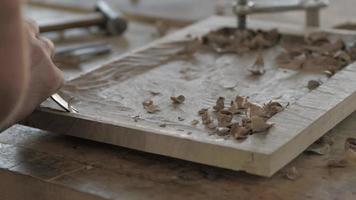 um carpinteiro fazendo uma bandeja de chá