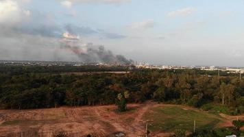 incendios forestales cerca de la ciudad. video