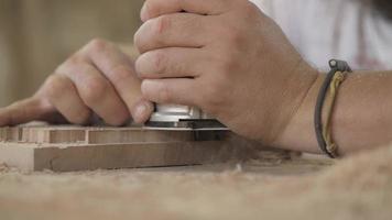 marceneiro trabalha com uma fresa manual elétrica