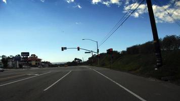 conduciendo en la carretera de la costa pacífica