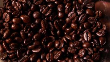 Kaffeebohnen in einer elektrischen Mühle