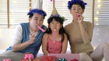 padre, madre e hija disfrutan juntos de la fiesta de cumpleaños.