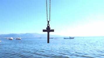 cruz cristiana meciéndose en el viento