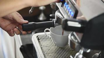 Barista bereitet Getränk aus Kaffeemaschine zu