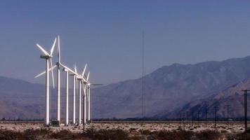 uma fileira de turbinas eólicas