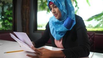 mulher árabe trabalhando em casa durante o surto do vírus. video