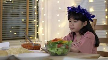 infeliz, niña asiática, en casa
