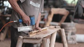 artesão usa máquina pin shot para trabalhar madeira