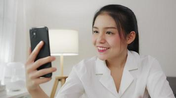 mulher em uma videochamada em seu telefone
