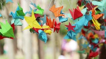 Origami-Papiervogel, der sich im Wind dreht.