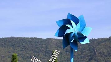 catavento azul movendo-se com o vento