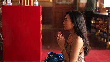 menina tailandesa rezando