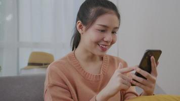 mulher segurando um smartphone. video
