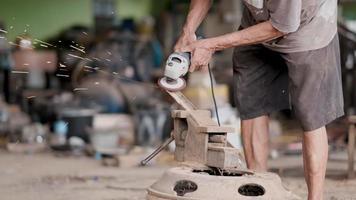 artesão usa máquina de polir haste de aço