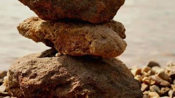 pilha de pedras perto da água video
