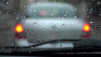 gotas de chuva no para-brisa dentro de um carro video