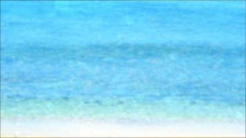 Resumen resplandor bokeh onda borrosa voladora en el mar