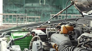 mecánico cerrando la tapa de aceite del motor del automóvil