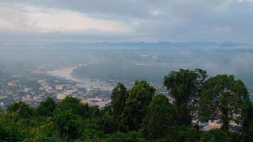 vista do rio com névoa e nuvem de nevoeiro. video