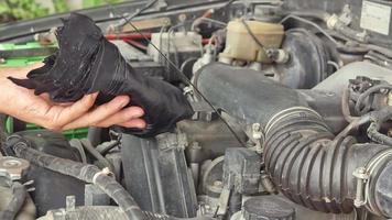 mecánico que controla el nivel de aceite de motor de un automóvil