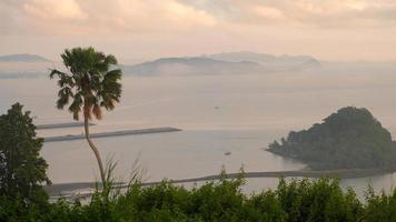 vista da ilha com névoa e nuvem de nevoeiro.