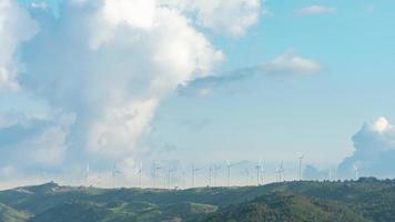 cielo azul nublado con turbinas de molino de viento video