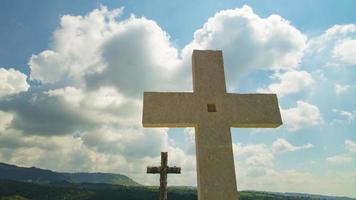 dos cruces de mármol en las colinas de Lessinia video