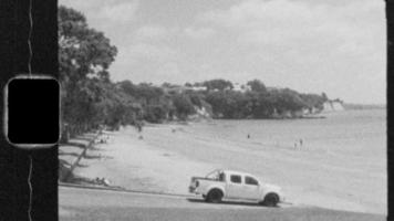 super 8 blanco y negro - tiro largo de playa