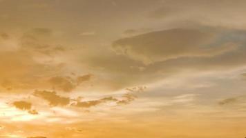 bester bewölkter Himmel während des Sonnenuntergangs