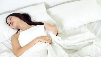 mujer joven asiática durmiendo