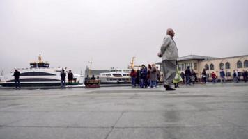 lapso de tempo na costa kadikoy com pessoas