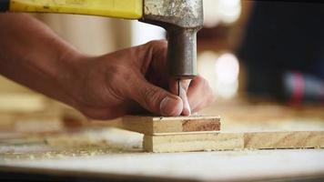 carpinteiro usando um martelo para pregar uma prancha de madeira