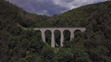 vista aérea de um viaduto de pedra em 4 k