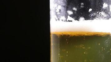burbujas de cerveza flotando dentro de un vaso