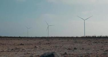 Tres aerogeneradores giratorios contra el cielo azul video