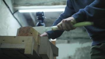 homem serrando com uma serra manual video