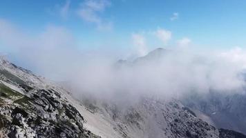 voando sobre o pico da montanha