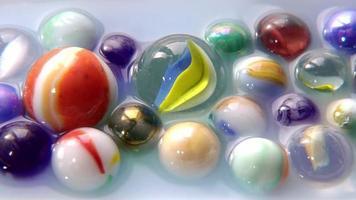 pingando gotas em bolas de gude na água